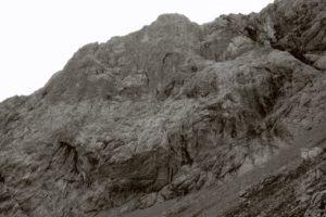 Die Nordwestwand des Laliderer Falks sieht extrem steil und kompakt aus.