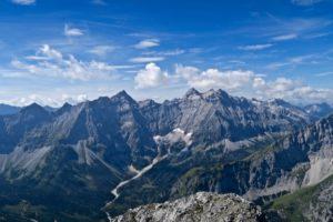 Vom Gipfel hat man einen herrlichen Blicks ins Herz des Karwendels.