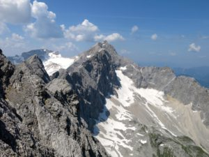 Unterwegs am Jubiläumsgrat mit Blick zur Zugspitze