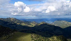 Über dem Alpenvorland gehen einige Schauer nieder.