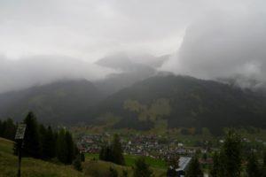 Kurz zeigt sich der Ammergauer Hauptkamm durch die Wolken.
