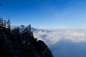 Das Alpenvorland liegt noch unter Wolken.