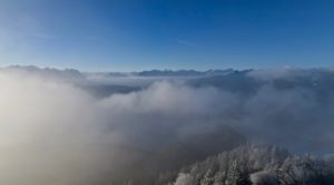 Über dem Walchensee reißen die Wolken auf.