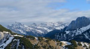 Über den Erlsattel geht der Blick tief ins Karwendel.