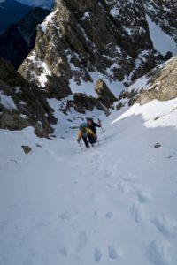 Steile Schneerinne im Mittelteil
