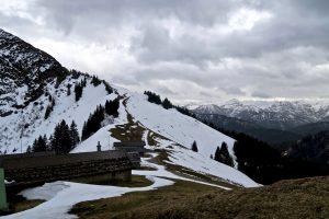 An der Roßsteinalm öffnet sich der Blick richtung Vor- und richtigem Karwendel.