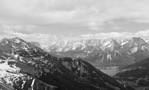 Der Gipfel hält eine schöne Aussicht in die Mieminger bereit.