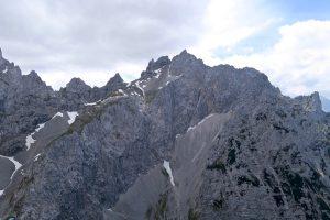 Gegenüber thronen Kreuzwand und Westliche Karwendelspitze