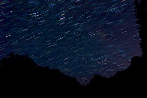 Sternen- und Flugzeughimmel