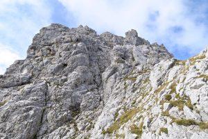 Etwa in Bildmitte führt der Normalweg auf den Gipfel des Gabelschrofens.