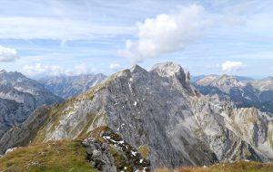 Der weitere Gratverlauf mit Lackenkarkopf, Grabenkarspitze und Östlicher Karwendelspitze