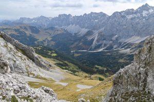 Hinterm Ochenskar stehen die beeindruckenden Nordabstürze der Karwendel-Hauptkette.