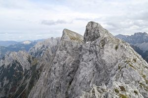 Rückblick zur Lackenkarspitze und zum markanten Gratturm