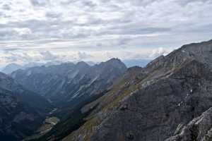 Dahinter grüßt das Westliche Karwendel.