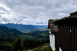 An der Seitenalm geht der Blick ins Mangfallgebirge.
