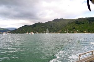 Per Boot verlassen wir Anakiwa.