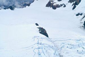 Die Tasman Saddle Hut steht auf einem kleinen Felssporn inmitten des Gletscherbeckens.