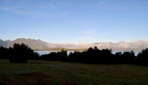 Morgendliche Wolken hängen über dem Lake Manapōuri.