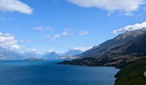 Zum oberen Ende des Sees hin wird die Umgebung noch alpiner.