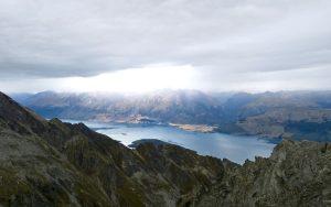 Über den Lake Wakatipu zieht ein Regenschauer heran.