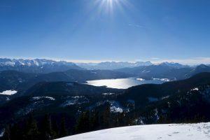 Hinter dem Walchensee zeigen sich Karwendel und Wetterstein.
