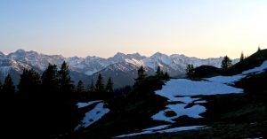 Hinter der Staffelam reihen sich die Karwendelgipfel.