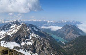 Gipfelblick auf Kohlbergspitze und Pitzenegg. Dahinter lugt der Thaneller hervor. Unten der Heiterwanger See und im Hintergrund die Allgäuer Alpen.