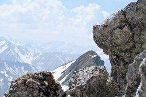 Am Gipfel der Upsspitze unterhalten sich noch zwei Bergfreunde.