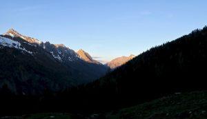 Die umliegenden Gipfel erglühen in der Morgensonne.