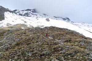 Lustiges Ski tragen auch im Abstieg.