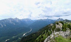 So viel Ammergauer Prominenz: Links Kreuzspitze, rechts davon Geierköpfe, leicht rechts der Bildmitte Scheinbergspitze, dann die Gipfel rund um die Hochplatte, ganz rechts im Vordergrund die Klammspitzen.