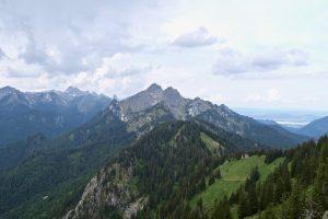 Hochplattengruppe im Zoom. Von rechts nach links: Der markante Geiselstein, Gumpenkarspitze und Gabelschrofen. Dann Krähe und Hochplatte, weiter links im Hintergrund Hochblasse und Ochsenälpeleskopf.