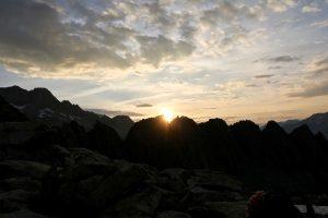 Die Sonne zeigt sich hinterm Moosstock.