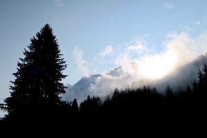In den Bergen hängen morgens noch Wolken.