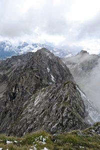 Ab der Hochgehrenspitze wird das Gelände etwas wilder.