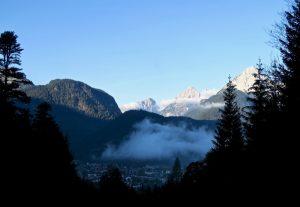 Über Mittenwald hängen noch letzte Nebelreste.