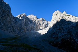 Das Untere Dammkar ist von einer beeindruckenden Felskulisse umgeben.