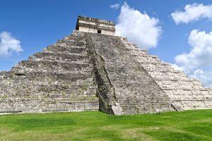 Große Pyramide in Chichén Itzá: Rechts restauriert, links im Zustand bei Wiederentdeckung.