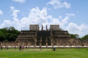 Der Kriegertempel in Chichén Itzá ist von zahlreichen Säulen umgeben.