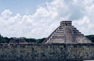 Auch vom Ballspielplatz aus beeindruckt die Große Pyramide.