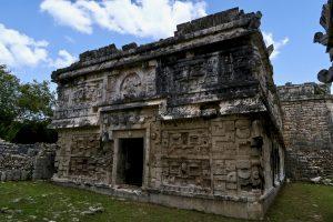 Auch im hinteren Teil finden sich noch aufwändig verzierte Maya-Bauten.