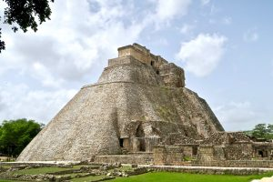Im oberen Bereich der Pyramide befinden sich mehrere kleine Tempelbauten.