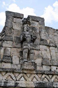 Menschliche Skulpturen sind selten bei den Maya; um so beeindruckender ist dieses Exemplar.