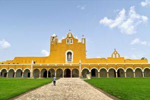 In Izamal wurde eine der großen Pyramiden mit diesem Kloster überbaut.