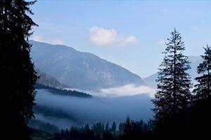 Im Tal hängt noch der Nebel.