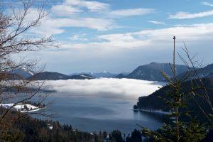 Überm Walchensee hängt noch eine Wolkenschicht.